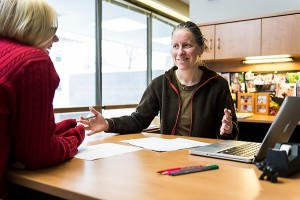 Advisor Susan Nelson meets with an undergraduate student in her office.